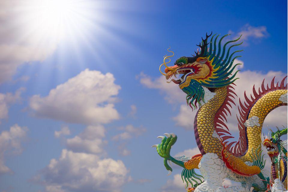 feng shui garten: drache vor blauem Himmel