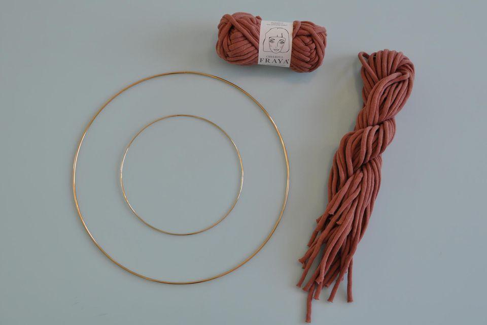 diy-wanddeko: zwei Mettalringe und ein Wollknäuel