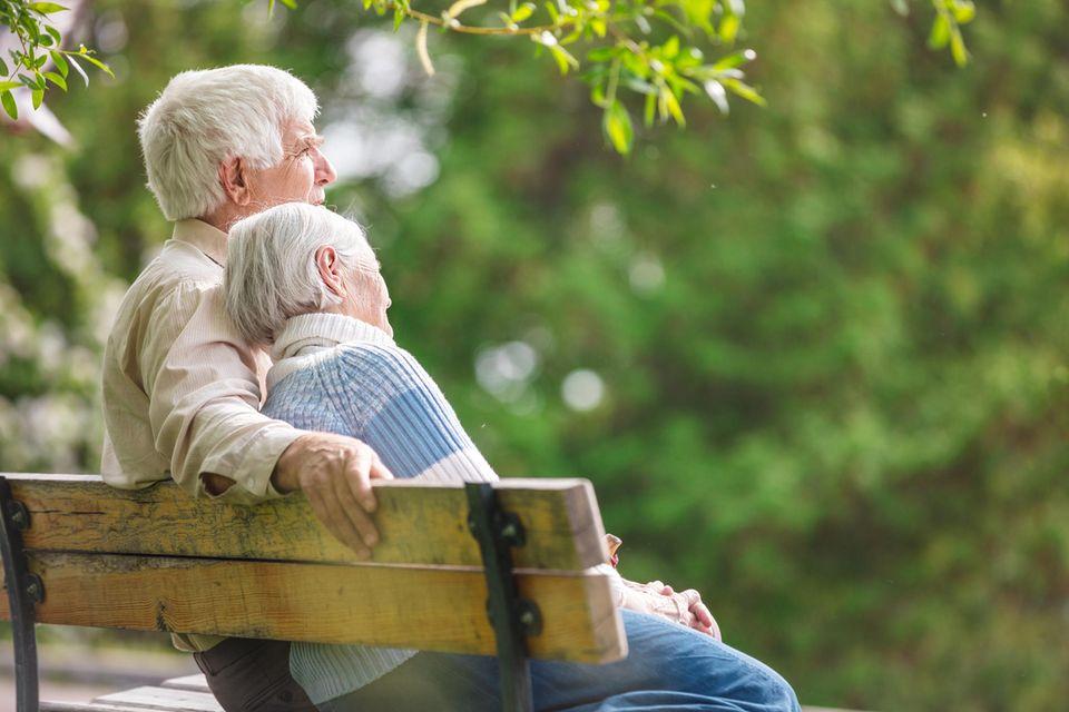 Welche Fähigkeiten sind wichtig für eine lange Beziehung? Ein altes Paar auf einer Bank