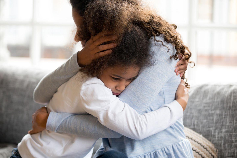 Familienleben: Mutter tröstet ihre Tochter