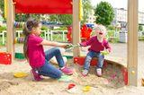 Familienleben: Kinder streiten sich im Sandkasten