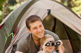 Gemeinsame Zeit: Vater und Sohn im Zelt