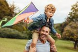 Gemeinsame Zeit: Vater und Sohn lassen Drachen steigen