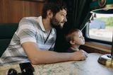 Gemeinsame Zeit: Vater und Sohn im Zugabteil