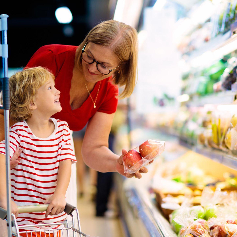 Erziehung: Mutter und Sohn beim Einkaufen