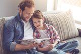 Erziehung: Vater liest Sohn vor