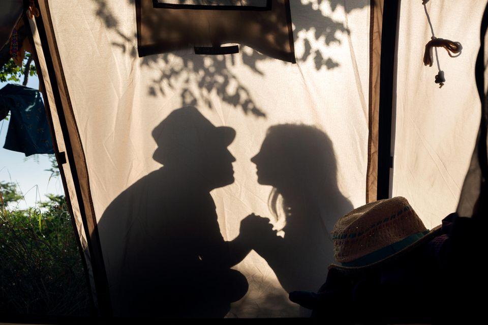 Affäre: Mann und Frau schauen sich an