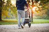 Vater: Papa schiebt Kinderwagen