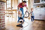 Vater: Papa saugt mit zwei Kinder