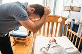 Vater: Papa verzweifelt an Babybett