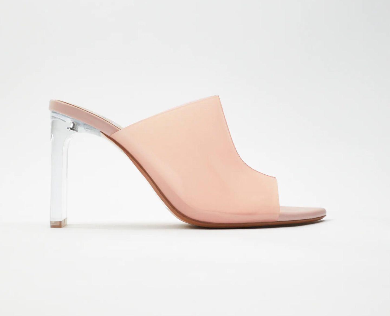 Zwei Megatrends vereint in einem Schuh – was will man mehr? Ohne Mules verlassen wir ja schon länger nur noch ungern das Haus. Wenn diese dann aber auch noch mit durchsichtigemAbsatz daher kommen, ist es endgültig um uns geschehen. Von Zara, um 20 Euro.