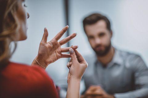 Scheidung: Frau zieht ihren Ring aus