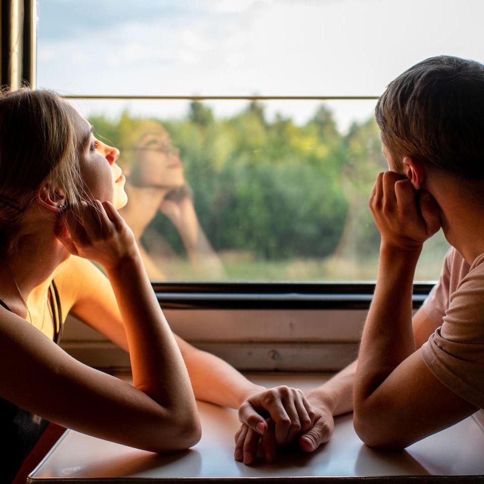 Durchstrecke in der Beziehung: Nachdenkliches Paar