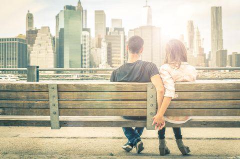 Honestcouple: Ein Paar sitzt nebeneinander auf einer Bank