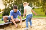 Weniger Worte, mehr Kitzeleinheiten: Vater und Tochter im Sandkasten