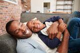 Weniger Worte, mehr Kitzeleinheiten: Vater und Sohn toben liebevoll herum