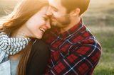 Weniger Worte, mehr Kitzeleinheiten: Lächelndes Paar