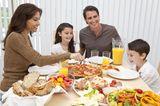 Weniger Worte, mehr Kitzeleinheiten: Familie beim gemeinsamen Essen