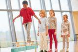 Günstig lernen: Schulkinder im Sportunterricht