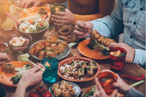 Portionsgrößen in der Übersicht: Gedeckter Tisch mit Essen