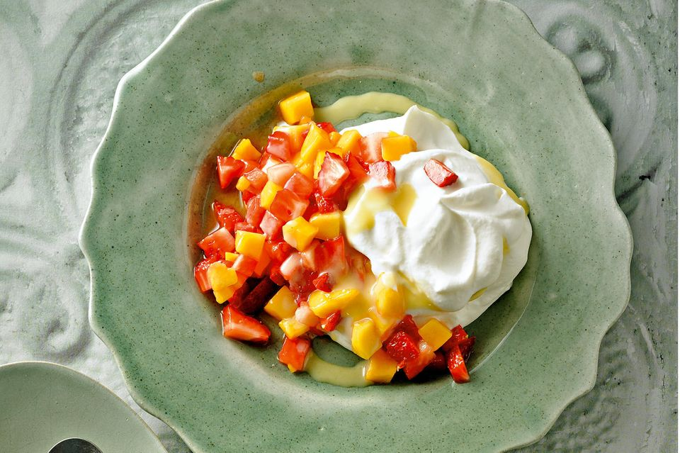 Erdbeer-Mango-Salat mit Eierlikor-Sahne