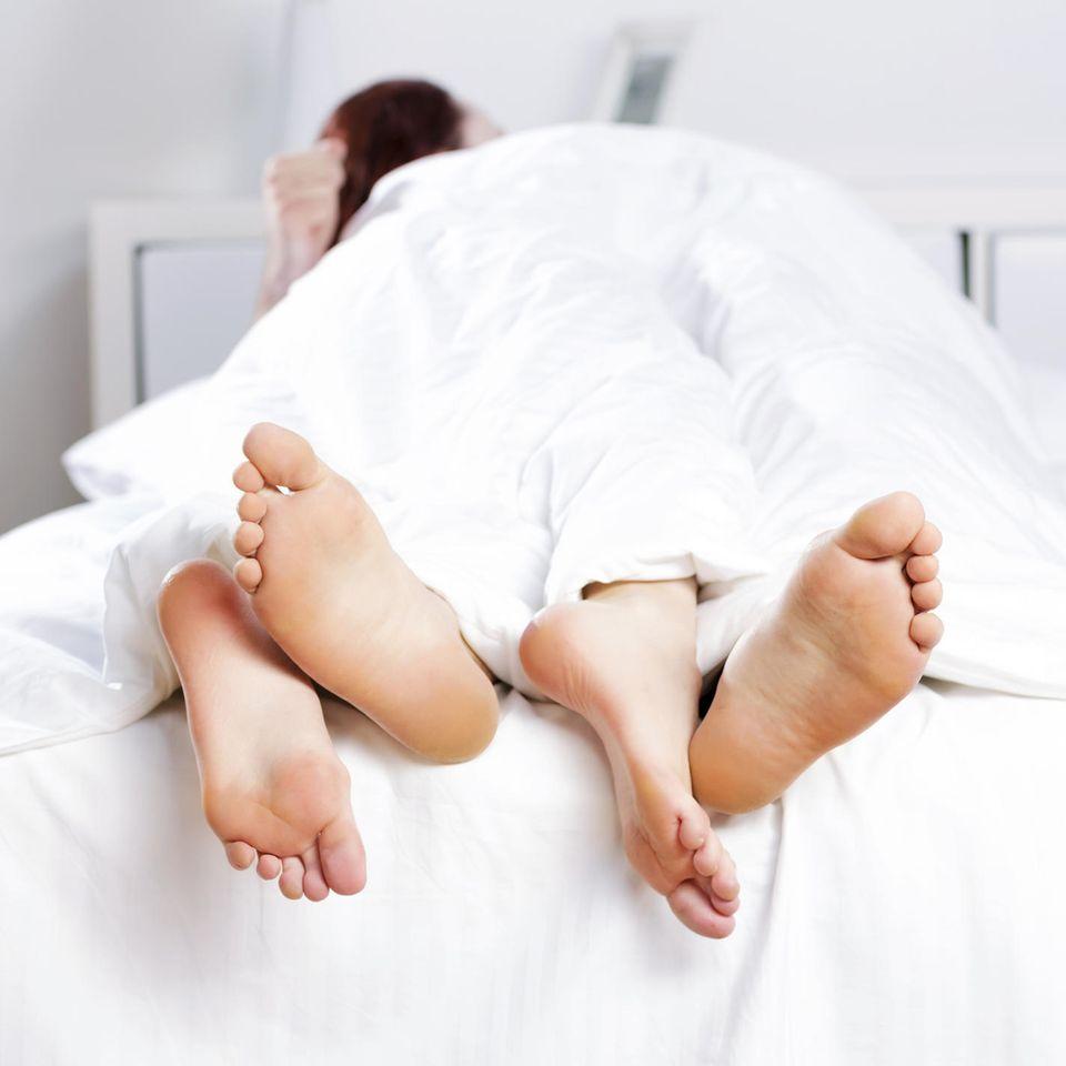 Nachhaltige Sextoys: Ein Paar im Bett