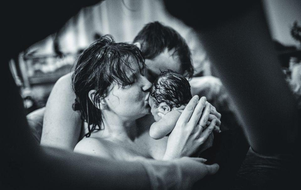 Der erste Kuss: Mutter mit Baby