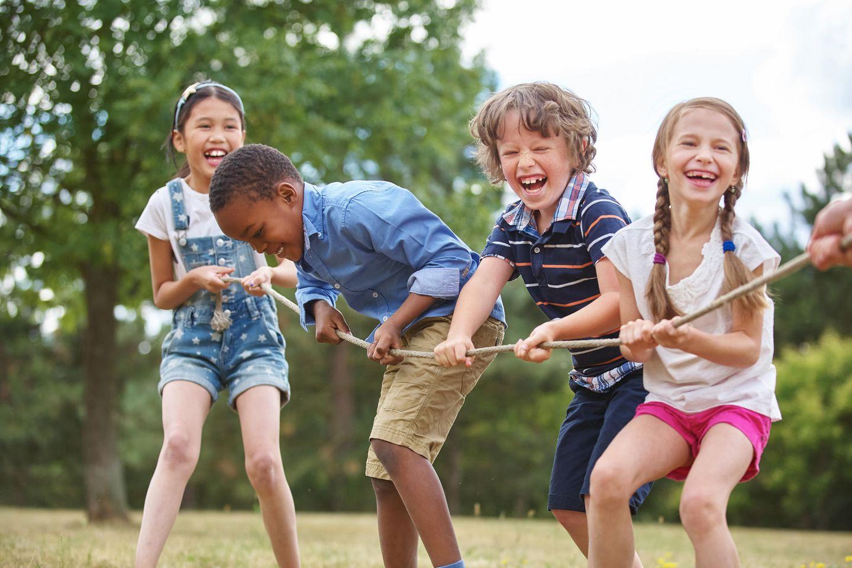 Muttersein: Kinder spielen Seiziehen