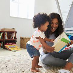 Muttersein: Mutter und Baby lesen ein Buch