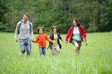 Muttersein: Familie geht spazieren