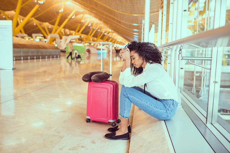 Jetlag: Frau am Flughafen