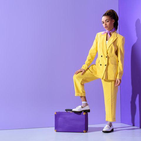 Modetrends: Frau im gelben Businessanzug