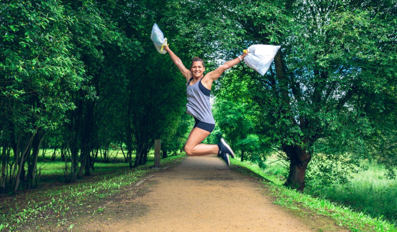 Fitness-Fehler: Frau sammelt Müll