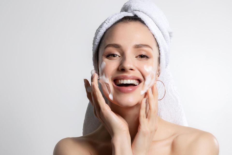 Frau cremt Gesicht, Gesichtspflege