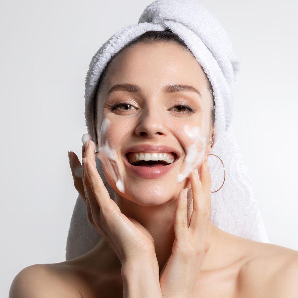 Feuchtigkeitscreme: Frau cremt Gesicht, Gesichtspflege