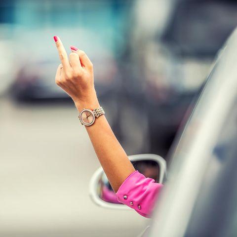 Glücklich sei: Frau streckt beide Arme in die Luft