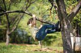 Das bringen nur Jungs: Jungs-Mamas aufgepasst: Kleiner Junge klettert auf Baum