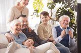 Baby: Ganze Familie sitzt auf dem Sofa