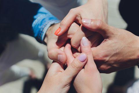 Dreiecksbeziehung - kann das gut gehen?: Mehrere Hände fassen einander