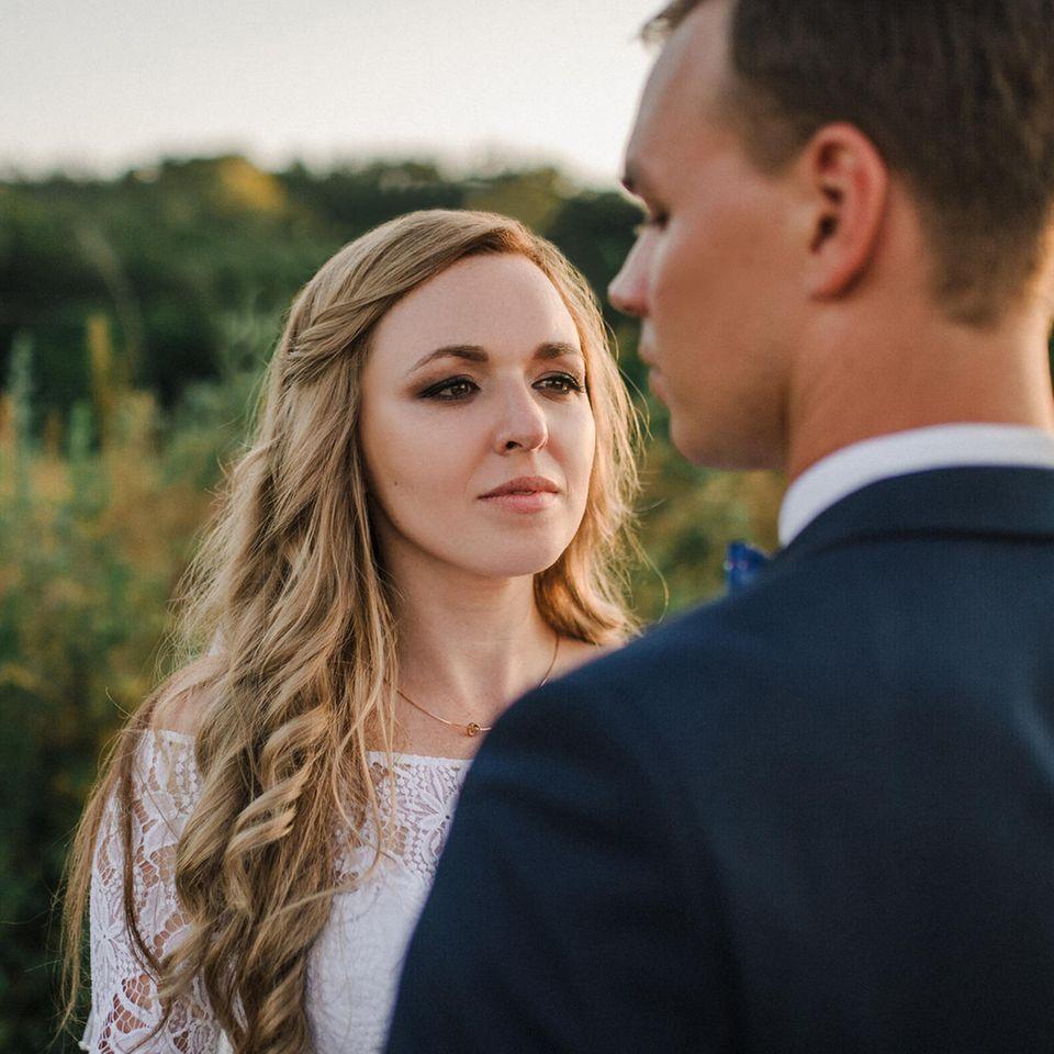 Beziehungsprobleme - welche Pärchen sie meistern: Ehepaar steht sich gegenüber