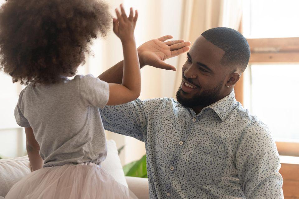 Alltagstipps: Vater und Kind geben sich ein High Five