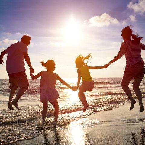 Familienurlaub: Familie abends am Strand