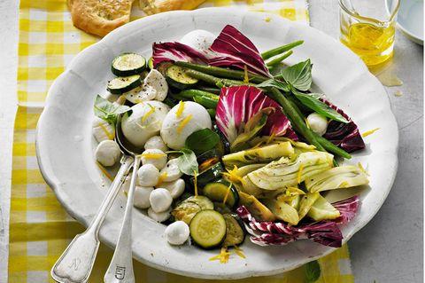 Mozzarella in Zitronen-Öl mit Antipasti-Gemüse