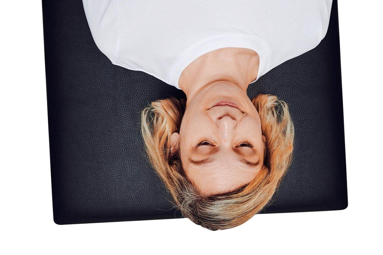Neurogenes Zittern: Frau steht auf dem Kopf