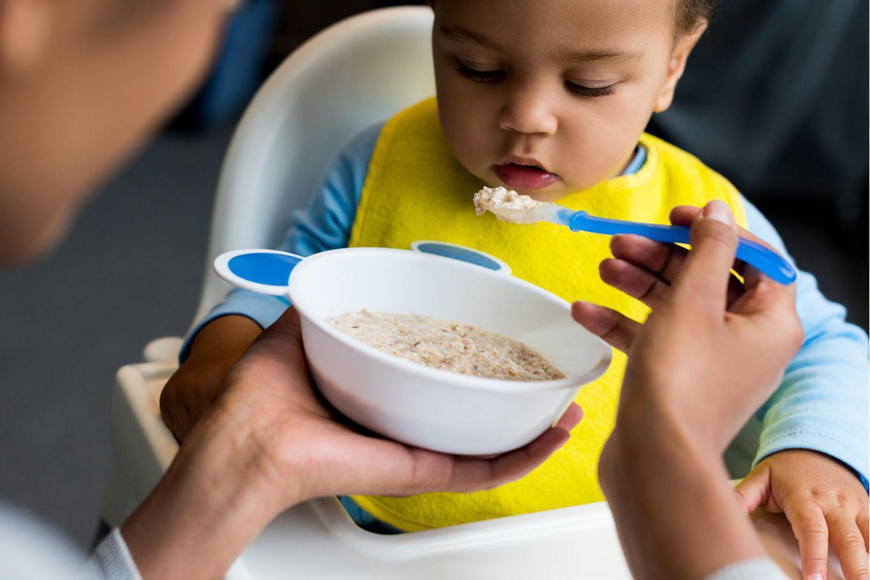 Rückruf von Babybrei: Baby isst Brei