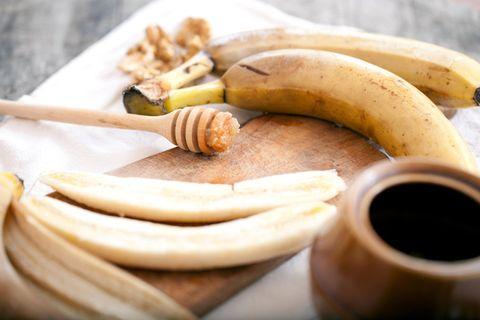 Bananenmaske: Bananen auf einem Tisch