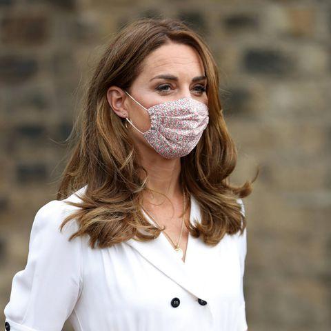 Herzogin Kate: im weißen Kleid mit Maske