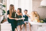 Kindervorteile: Familie isst Süßigkeiten