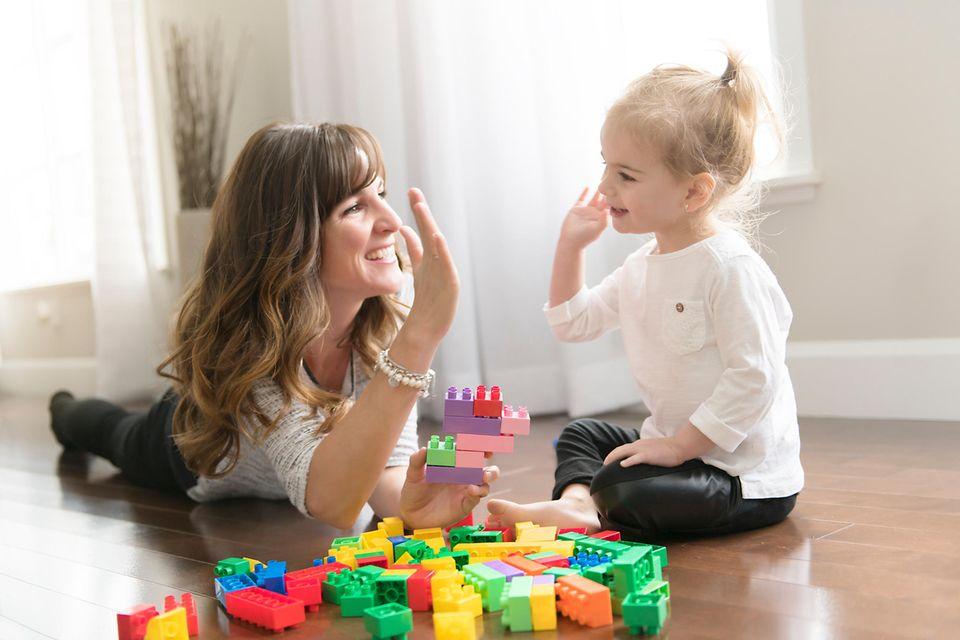 Kindervorteile: Mutter und Tochter Klatschen ein