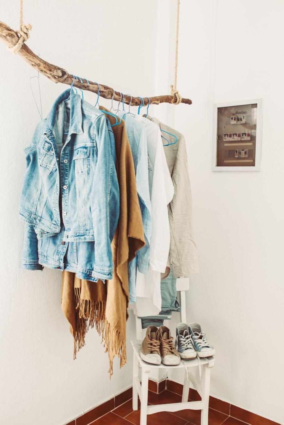 Getragene Kleidung aufbewahren: Kleiderstange aus einem Baumstamm